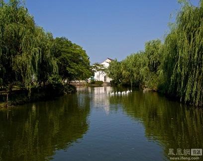 Con sông chảy đằng sau nhà Chu Vĩnh Khang.