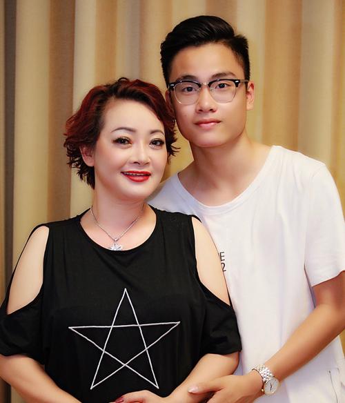 Trà My tự hào khi cậu con trai tuổi thiếu niên đã trở thành chỗ dựa đáng tin cậy của mẹ.