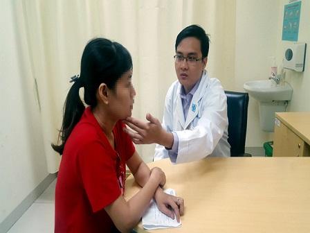 Nhiều phụ nữ đến BV ĐHYD thăm khám vì đau vùng trên mặt.