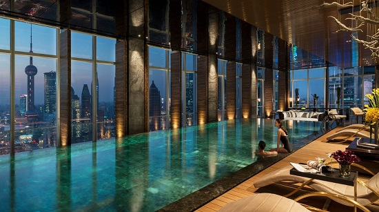 Vừa thỏa thích bơi lội, vừa được ngắm nhìn khung cảnh tuyệt vời của thành phố quả là một trải nghiệm đáng mơ ước.