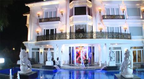 Căn biệt thự trở nên lung linh dưới ánh đèn vào buổi tối với lối kiến trúc xa hoa tinh tế theo kiểu châu Âu. Ảnh: Dân Việt.