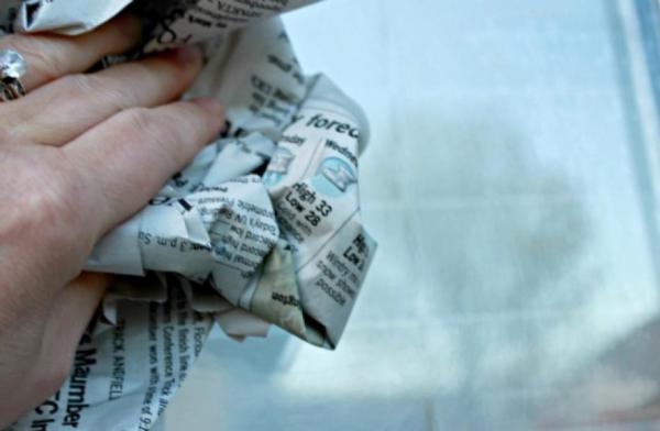 Dùng giấy báo cũ vo tròn rồi thấm nước có thể lau sạch mặt kính.
