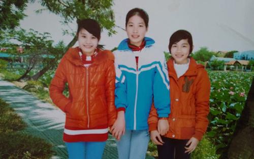 Dung (ở giữa) lúc còn đi học.