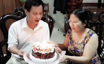 Ông Sinh vẫn thường tặng hoa, tặng bánh cho vợ vào các dịp kỷ niệm, sinh nhật. Ảnh: NVCC.