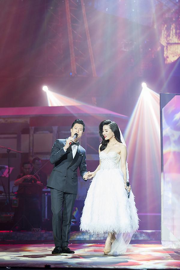 Lệ Quyên hoá thân thành cô dâu và làm đám cưới với Quang Dũng. Cả hai đã có màn hoà giọng ăn ý và tung hứng rất vui nhộn trên sân khấu.