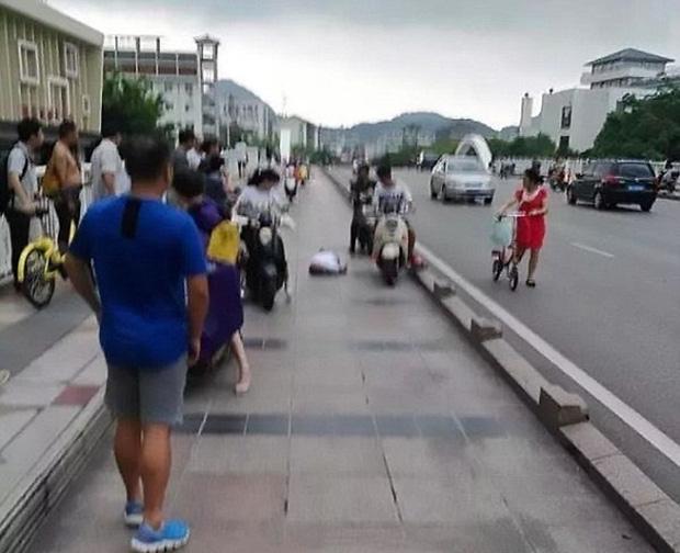 Người đàn ông bị sét đánh trúng đang nằm bất tỉnh ngay dưới nền gạch.