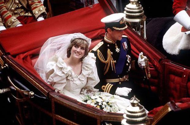 Công nương Diana cùng chồng - Thái tử Charles rạng rỡ trong ngày cưới vào năm 1981.