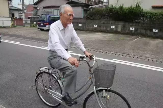 Ngày ngày, ông Murayama vẫn đạp xe đi chợ cho vợ vì vợ ông bị đau lưng.