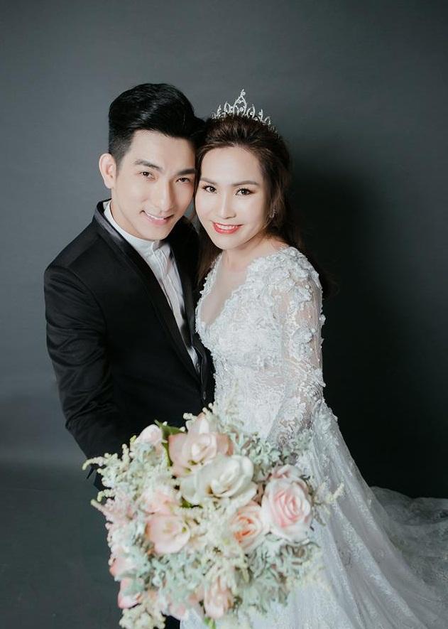 Bảo Duy đắc ý khoe ảnh cưới với vợ 3 Việt kiều.