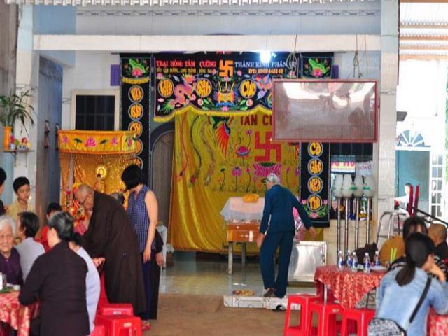 Sáng 12/8, tại lễ tang nạn nhân Linh, nhiều nữ sinh là bạn của nạn nhân có mặt thăm viếng và không cầm nước mắt trước...