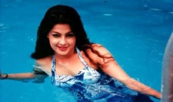 Mamta Kulkarni còn được gọi là Nàng tiên cá bởi những bức ảnh gợi cảm chuijp dưới nước thế này.