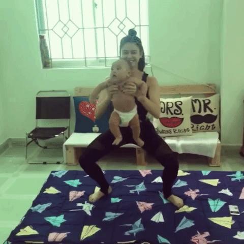 Trong đoạn clip, Trương Quỳnh Anh đã có những động tác tập thể dục khá mạnh mẽ dù đang bế trẻ em. Chính vì thế nhiều người cho rằng cô sẽ làm tổn thương não bé.