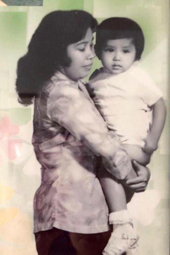 Mẹ Việt Trinh đã lao động khổ cực để một mình nuôi 7 người con.
