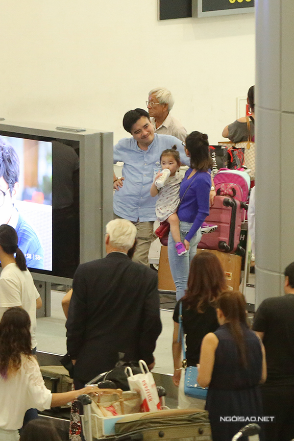 Trong lúc chờ lấy hành lý, nữ diễn viên vừa bế con gái Yvona vừa trò chuyện với một vị khách. Sau chặng bay dài từ Mỹ, nàng công chúa nhỏ tỏ ra hơi mệt và đói bụng.