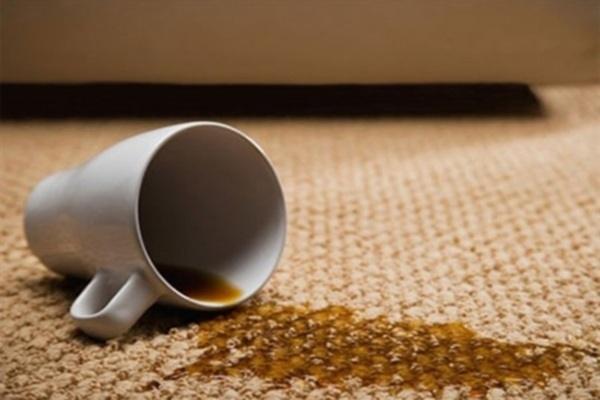 Nước rửa bát cũng có thể làm sạch vết bẩn trên thảm. (Ảnh minh họa)