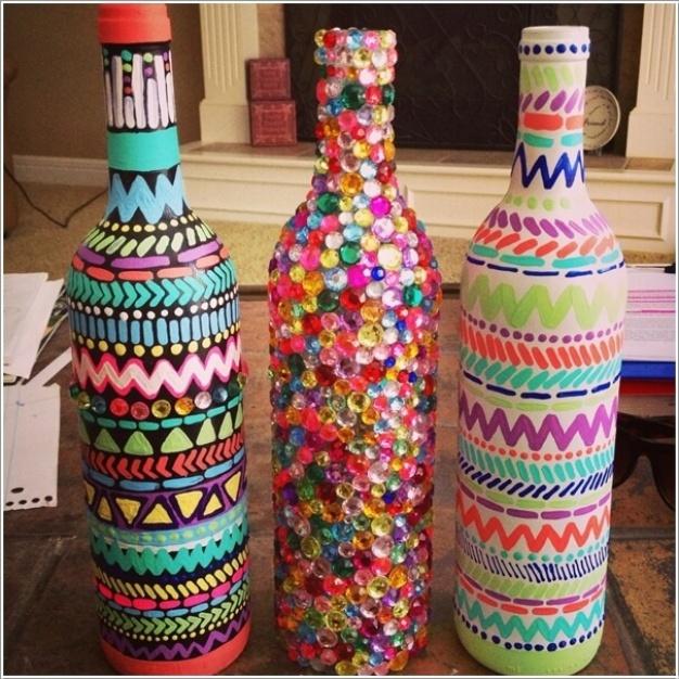 2. Nếu có nhiều thời gian hơn một chút, bạn có thể sử dụng những chiếc hạt đá đính phủ kín thân chai. Hoặc dành thời gian để vẽ lên thân chai những họa tiết màu sắc bắt mắt. Đặt chúng ở trên bàn hay góc làm việc để không gian trở nên đẹp hơn.