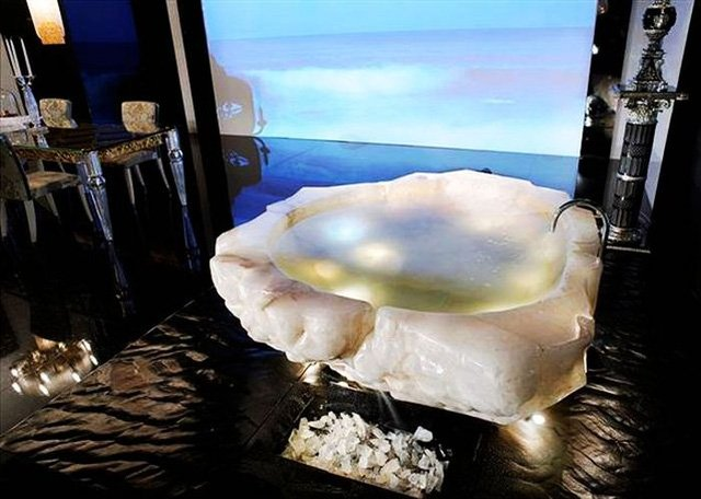Hãng kinh doanh đồ siêu phẩm tạo nên bồn tắm sang trọng được chế tác từ khối đá pha lê nguyên chất. Qua đó, giúp giới thượng lưu trải nghiệm cảm giác thư thái của vua chúa xưa. Khối đá pha lên khổng lồ chừng 10 tấn được những người thợ lành nghề đẽo gọt kỳ công. Chiếc đầu tiên được bán với giá 700,000 euro. Hiện công ty đang lên kế hoạch tạo ra chiếc thứ 2 có kích thước nhỏ hơn với giá khoảng 800,000 USD.