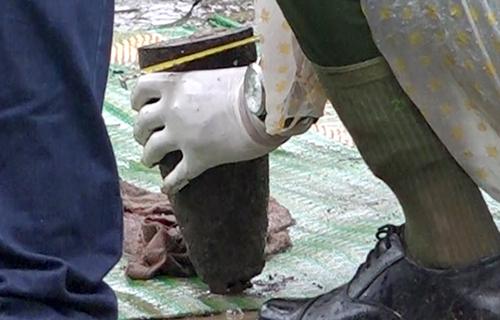 Cảnh sát tìm thấy đầu đạn ở hiện trường vụ nổ. Ảnh: Xuân Ngọc.