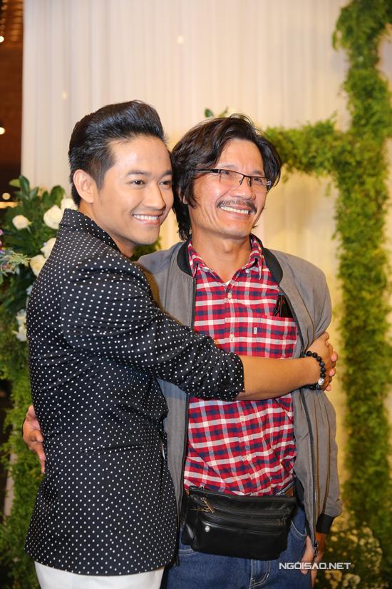 Trong tiệc cưới, nam diễn viên vui vẻ hội ngộ với nghệ sĩ Công Ninh.