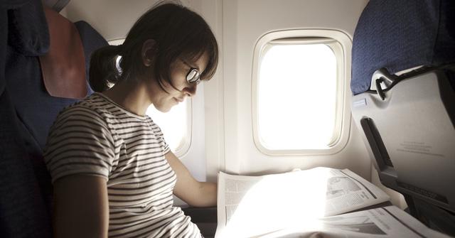 Tuy nhiên, việc ngồi chệch hướng so với tầm ngắm cửa sổ cũng mang tới tiện ích nhất định. Tại đó, hành khách có thêm khoảng không gian cạnh tường để tựa đầu nghỉ ngơi.