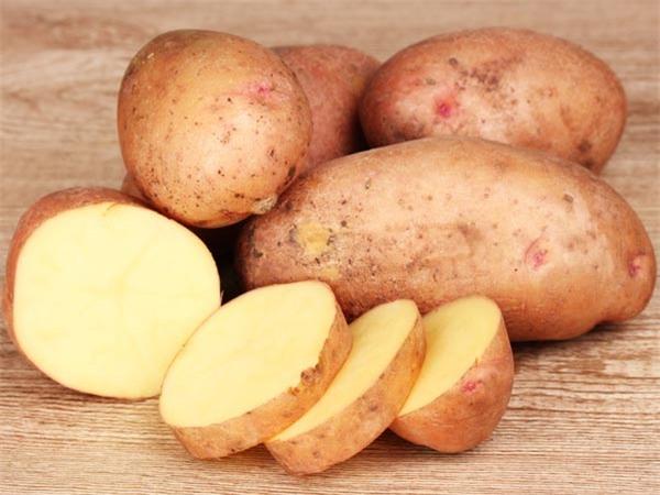 Khoai tây cũng có thể chữa bệnh mắt một cách hiệu quả vì có đặc tính làm se và chống lại vi khuẩn.