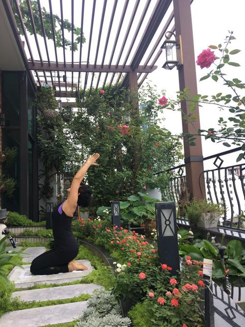 Chị Lan tâm sự, khi còn nhỏ, chị luôn ước mơ sẽ được sống trong căn nhà đầy hoa hồng. Sau này, để hiện thực hóa ước mơ đó, chị đã cải tạo góc ban công rộng hơn 30 m2 thành khu vườn trên cao để trồng hoa.