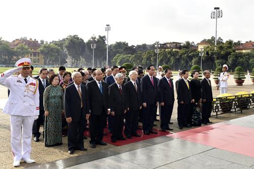Trước anh linh Chủ tịch Hồ Chí Minh, các đại biểu kính cẩn nghiêng mình bày tỏ lòng tưởng nhớ với lòng biết ơn vô hạn lãnh tụ vĩ đại, người thầy kính yêu của Đảng, của dân tộc ta. Ảnh: VGP/Nhật Bắc