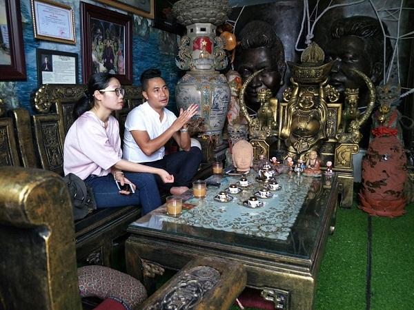 Anh Trần Tưởng trao đổi với phóng viên.