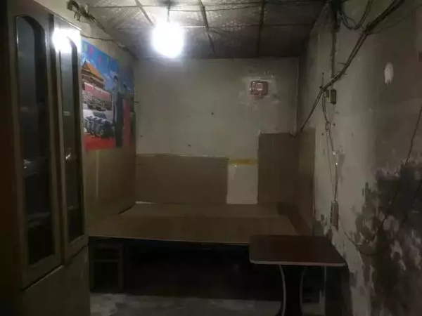 Phòng chỉ rộng vỏn vẹn 10m2, bên trong mọi thứ đã cũ kĩ, tường bong tróc, trần đầy mạng nhện.