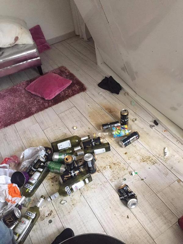 Vỏ chai rượu lăn lóc ở khắp nơi trên sàn nhà.