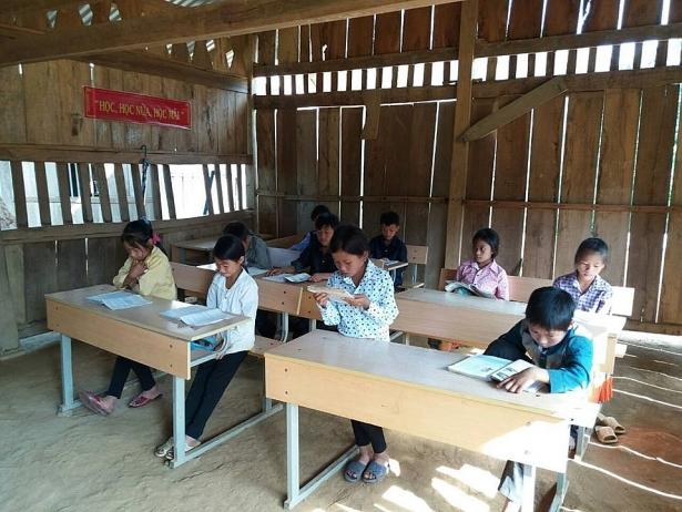 Các em học sinh tại điểm trường Khau Dề trong lớp học bằng vách tre nứa.
