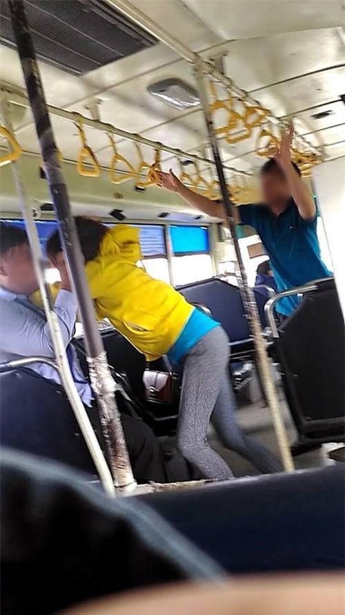Cảnh cặp đôi và phụ xe gây gổ trên xe buýt (Ảnh: Facebook V.M.).