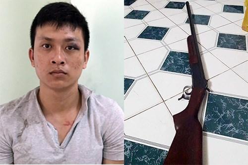Nghi can Nguyễn Thanh Toàn và khẩu súng trong vụ án. Ảnh: Nguyệt Triều.
