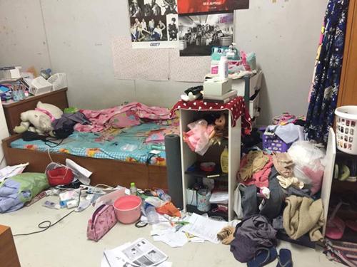 Căn phòng bừa bộn không khác gì bãi rác. Quần áo, đồ dùng cá nhân cũng như rác thải vứt ở mọi ngóc ngách.