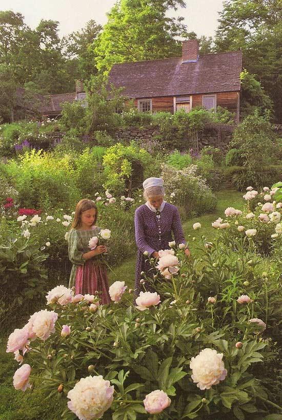 Nhà văn Tasha vui vẻ nói chuyện cùng một em nhỏ về các loài hoa bên ngôi nhà vườn của mình.