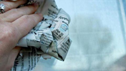 Có thể bạn dùng những loại giấy cao cấp hoặc khăn bông nhưng chưa chắc đã lau sạch được cửa kính. Và bạn chỉ cần một tờ báo cũ, vo tròn thấm thêm ít nước lại có thể lau được sạch các vết bẩn này.