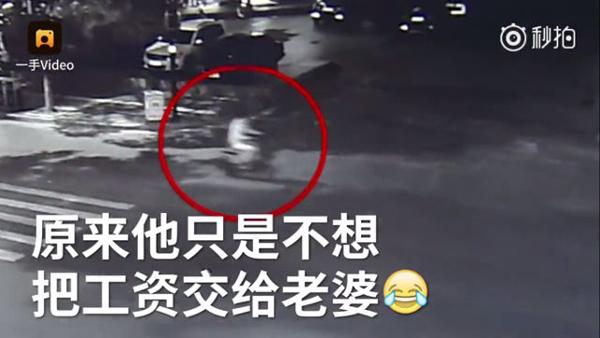 Anh ta đi xe đạp điện về nhà và không bị ai cướp trên đường như lời khai cả.