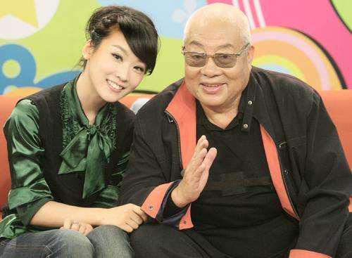 Nghệ sĩ gạo cội chụp hình lưu niệm cùng MC Tạ Nam (vợ Ngô Kinh) khi tham gia talkshow.