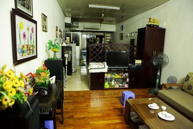 Căn nhà của gia đình Mỹ Linh có diện tích nhỏ. Phòng khách thông với phòng bếp và phòng ăn. Việc thiết kế không gian trong nhà được tận dụng tối đa để phù hợp với diện tích nhỏ.