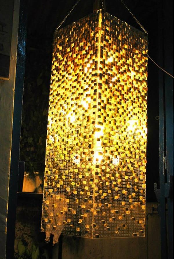 Một chiếc đèn trần đẹp lung linh đến nhường này, liệu bạn có biết rằng nó được làm từ những thứ tưởng chừng rất khô khan như...bàn phím máy tính cũ?