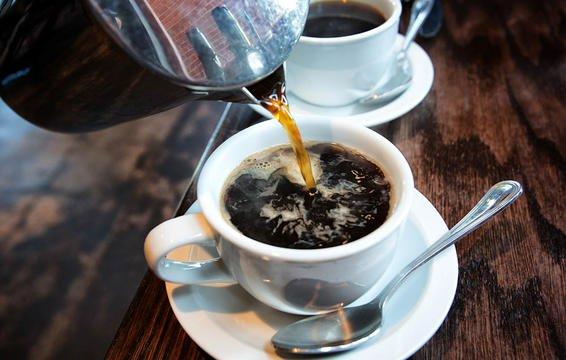 Tiêu thụ caffeine quá nhiều cũng có thể gây hại tuyến thượng thận, khiến bạn thấy mệt mỏi và đau đớn hơn.