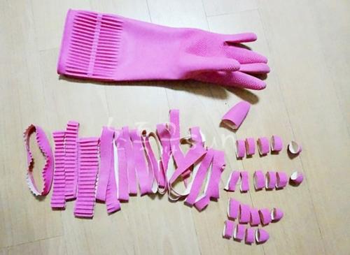 Trước tiên, hãy cắt những đôi găng tay cao su thành nhiều vòng nhỏ song song nhau.