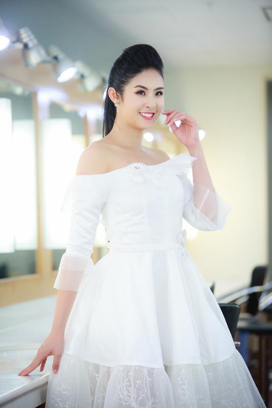 Tối qua (29/9), Ngọc Hân rạng rỡ xuất hiện trong ngày mở màn của Tuần lễ thời trang Việt Nam xuân hè 2018 tại Hà Nội. Cô diện bộ váy trắng trễ vai do chính mình thiết kế.