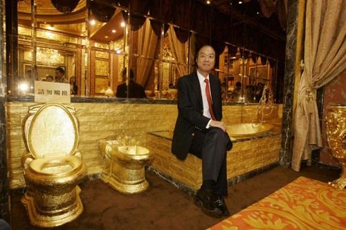 Ông Lam Sai-Wing trong nhà vệ sinh triệu đô của khách sạn do ông sở hữu.