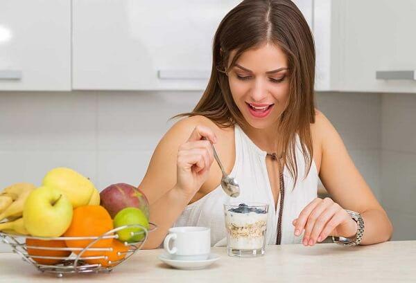 Dù bận rộn đến đâu, hãy dành ra 15 phút để ngồi lại, tập trung vào bữa ăn của mình.