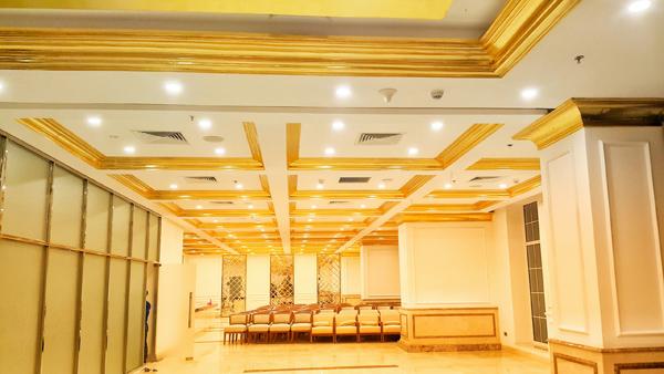 Bên trong khách sạn, rất nhiều đường viền trên trần, tường được dát vàng, kết hợp với tông sơn trắng tạo không gian vô cùng xa hoa.