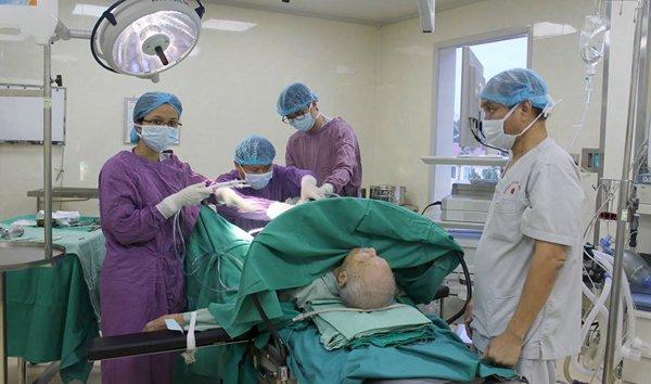 Ekip phẫu thuật cho bệnh nhân