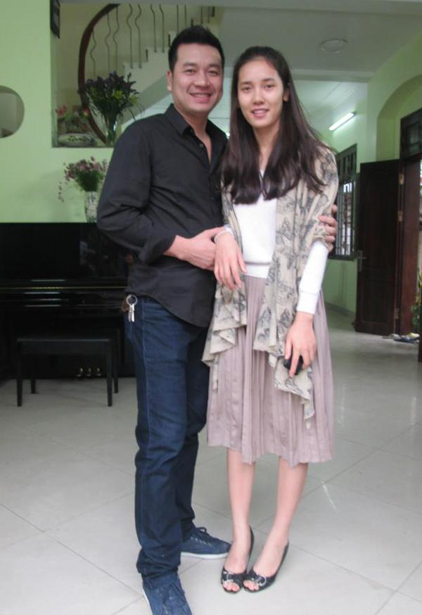 Nguyễn Hà và bạn diễn Quyết Thắng tại hậu trường phim Hoa cỏ may năm 2012.