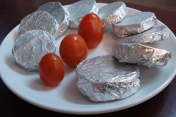 Không nên bọc thực phẩm bằng giấy bạc để trong lò vi sóng, sẽ tạo nên các tia lửa điện tóe lên dễ làm lò bị cháy.