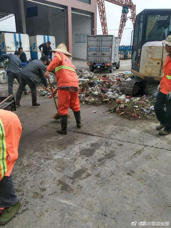 Mọi người đã mất hơn 2 tiếng để lục tung đến 10 tấn rác thì mới tìm được lại số tiền.